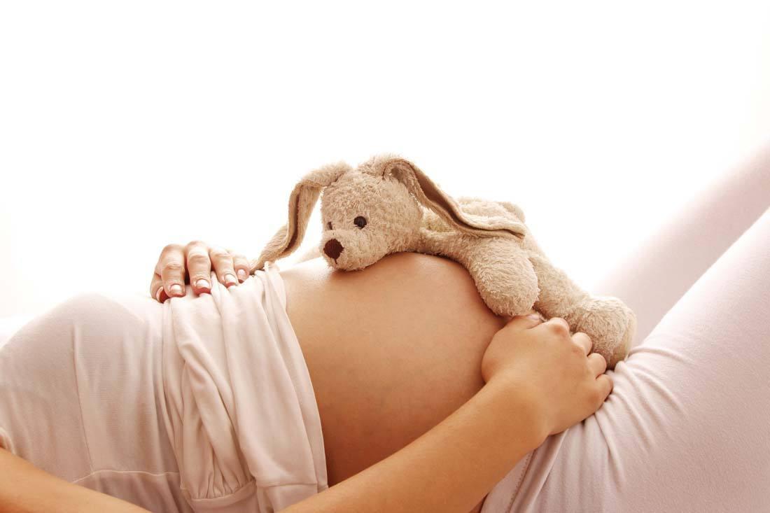懷孕媽媽躺著摸肚子